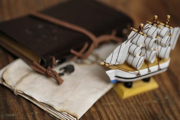 Oud houten schip met zeilen en masten speelgoed op een standaard. vintage en retro speelgoed