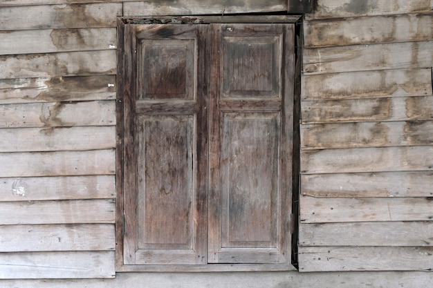 Oud houten venster. thailand traditionele stijl