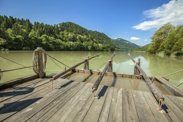 Oud houten vlot op de rivier drava in slovenië