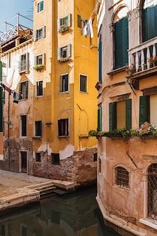 Oud huis aan een gracht in venetië