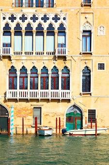 Oud huis aan het canal grande in venetië, italië