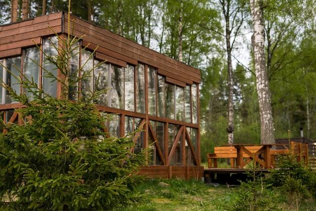 Oud huis in bos in afzondering