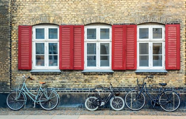 Oud huis in kopenhagen met fietsen