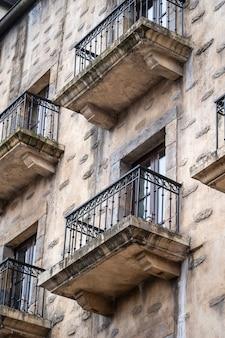 Oud huis met ramen en metalen balkonleuningen. vintage gevel van gebouw in danang, vietnam