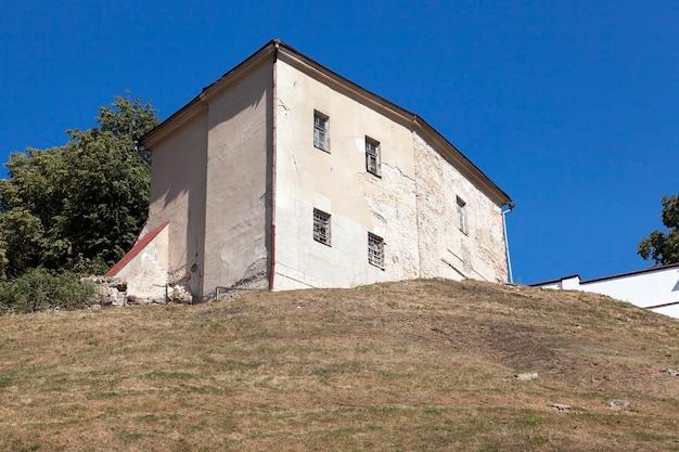 Oud kasteel grodno - ingang van het oude fort, gelegen in grodno, wit-rusland