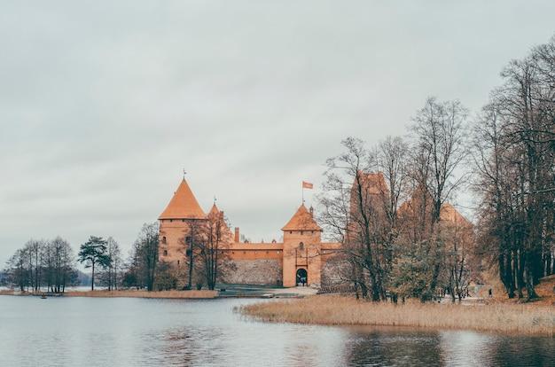 Oud kasteel in de buurt van water