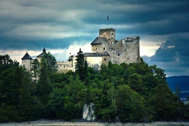 Oud kasteel in de mountians.