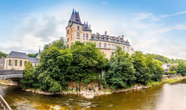 Oud kasteel met brug op klein eiland, europa