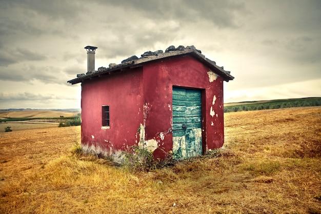 Oud klein huisje op het platteland