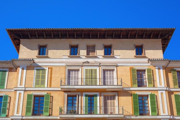 Oud kleurrijk huis in het centrum van de spaanse stad palma de mallorca