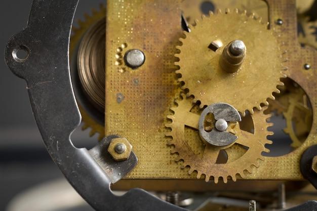 Oud klokmechanisme met toestellen en radertjes.