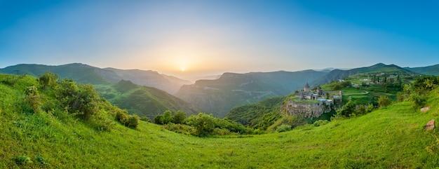 Oud klooster in ondergaande zon tatev armenië