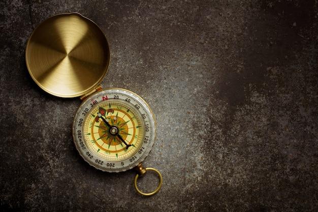 Oud kompas op oude metaalvloer.