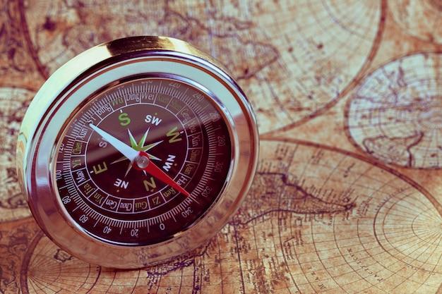 Oud kompas op vintage kaart