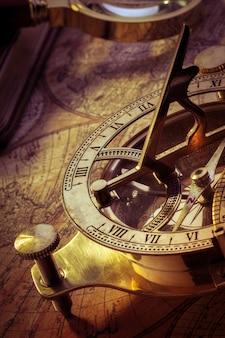 Oud kompas over oude kaart