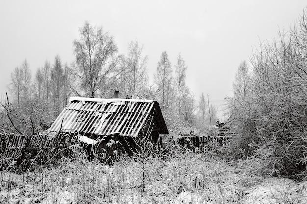 Oud landelijk huis in sneeuw