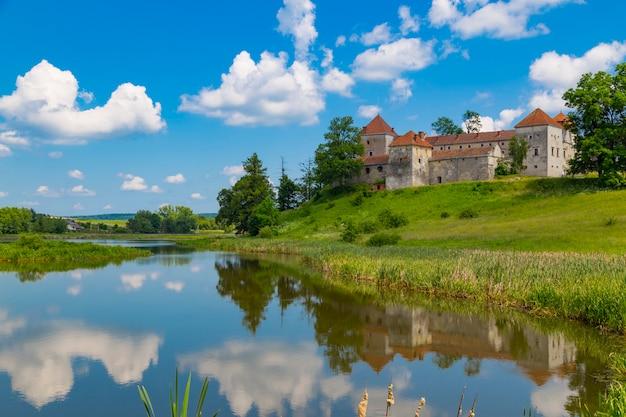 Oud mooi svirzh-kasteel, omringd door meer.