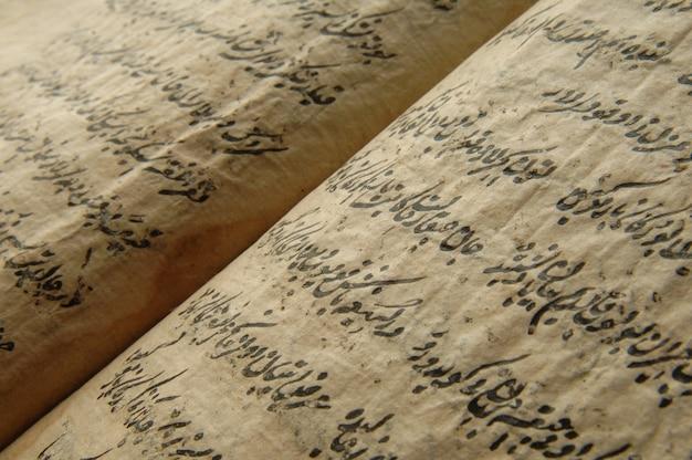 Oud open boek in het arabisch. oude arabische manuscripten