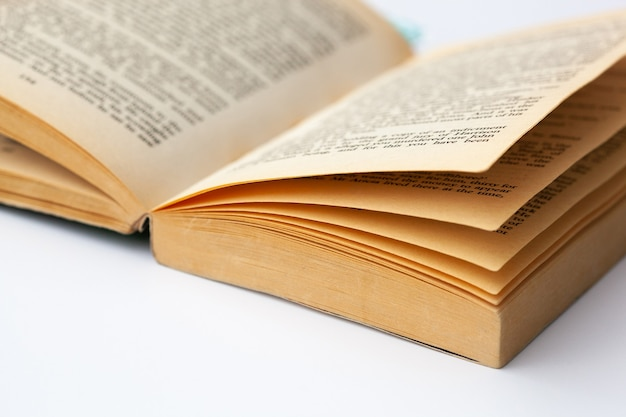 Oud open boek met een ot van pagina's op witte achtergrond