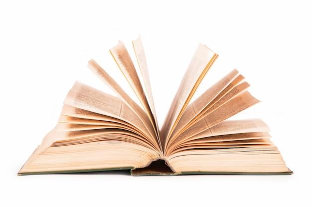 Oud open boek op het witte oppervlak