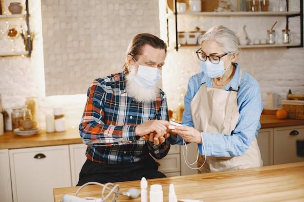 Oud paar in een keuken.