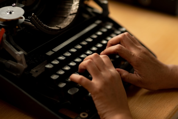Oud pakpapier en vintage typemachine machine.
