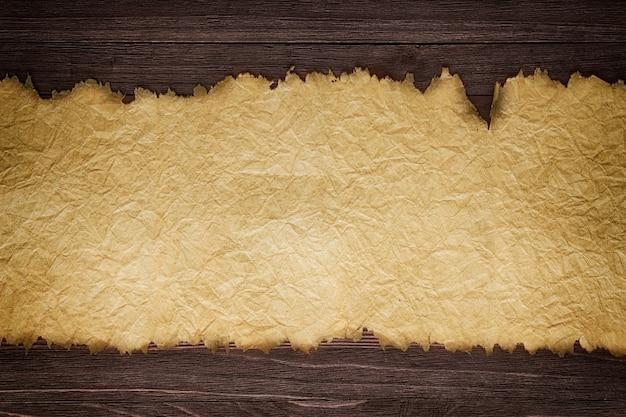 Oud papier blad op houten muur achtergrond