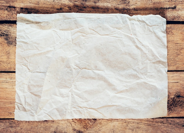 Oud papier en poster vintage op houten achtergrond met ruimte