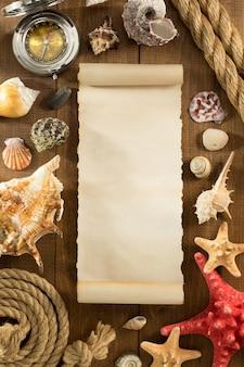 Oud papier en zeeschelp op houten achtergrondstructuur