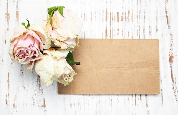 Oud papier met gedroogde rozen
