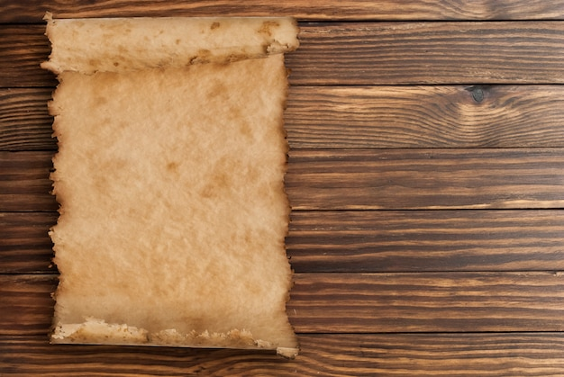 Oud papier op de houten oppervlak