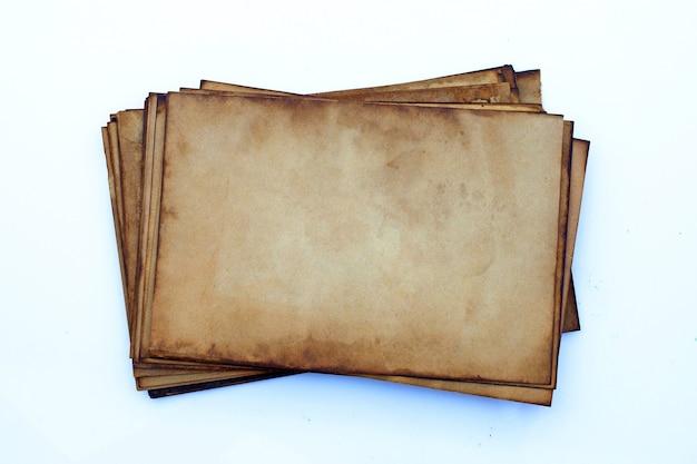 Oud papier op witte muur.