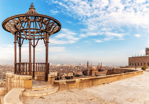 Oud paviljoen op het dak van de citadel en de moskee-madrassa van sultan hassan op de achtergrond, caïro, egypte.