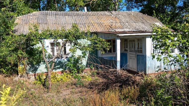 Oud provinciaal woonhuis met blauwe gevel, in boroseni, moldavië