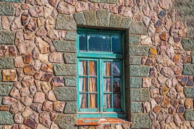 Oud raam in stenen muur