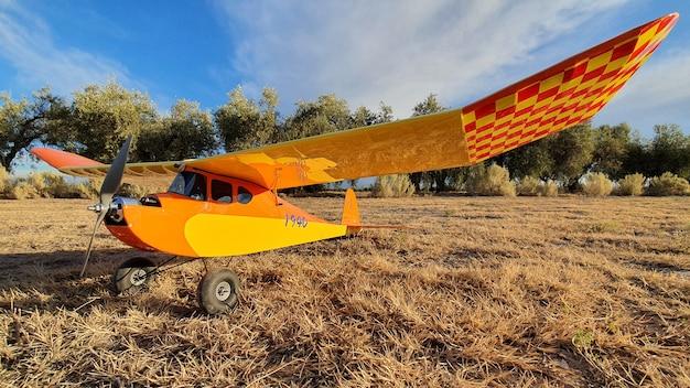 Oud radiografisch bestuurbaar vliegtuig bij zonsondergang