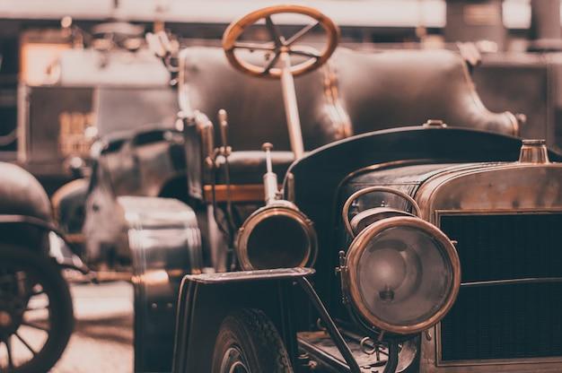 Oud retro auto vooraanzicht over de koplampen en het traliewerk.