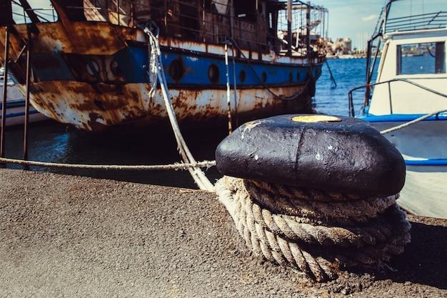 Oud roestig schip
