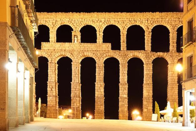 Oud romeins aquaduct in segovia 's nachts, spanje