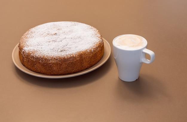 Oud-romeinse cake gemaakt van amandelen en droog brood (antica torta alle mandorle e pane)