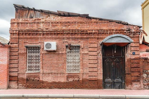 Oud rood bakstenen huis op straat