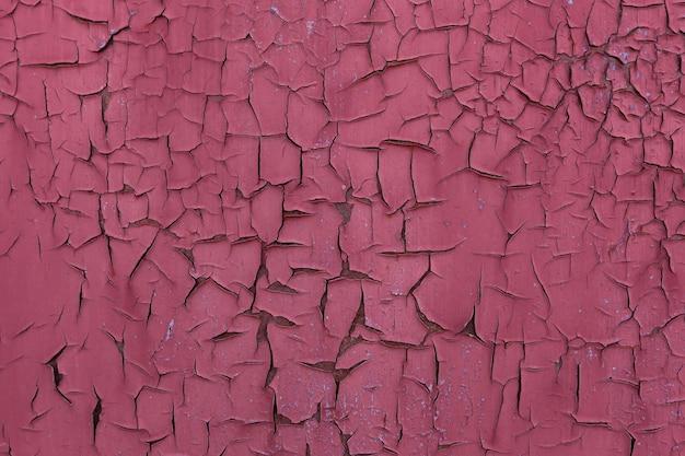 Oud roze verf metalen muur achtergrond. oud, roestig ijzer met verfresten. abstracte kleur gebarsten textuur.