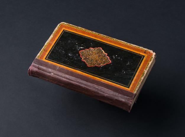 Oud sjofel boek op een zwarte achtergrond. oud handgeschreven boek