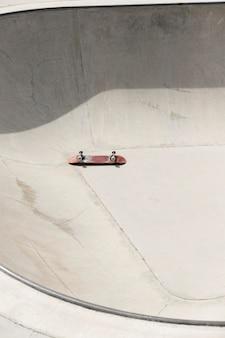 Oud skateboard met hoge hoek