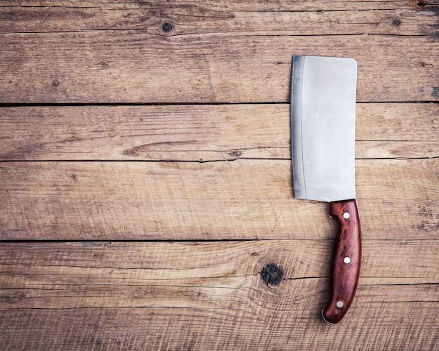 Oud slagersmes, op houten.