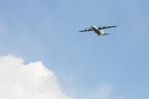 Oud sovjet militair schroefturbinevrachtvliegtuig.