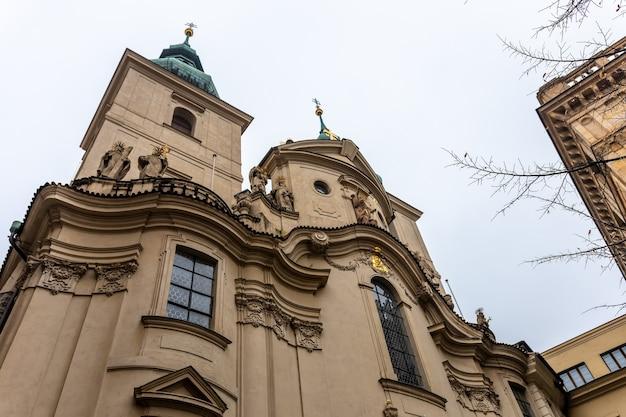Oud stadsplein met kerk in praag