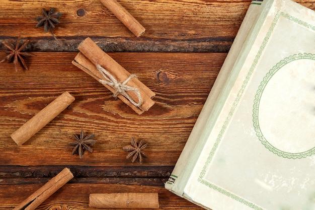 Oud uitstekend boek op donkere houten achtergrond