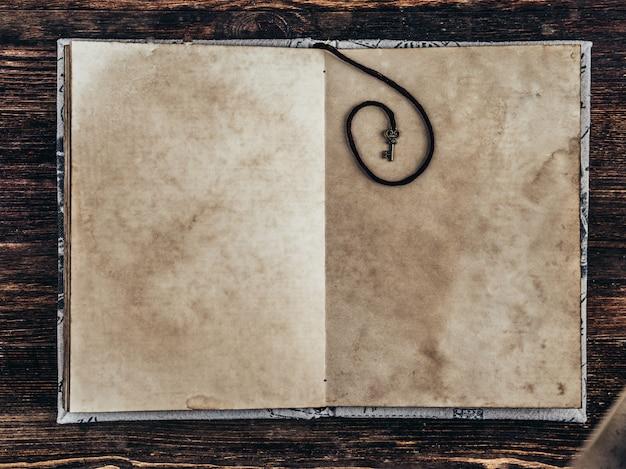 Oud uitstekend document op houten achtergrond. ruimte kopiëren.
