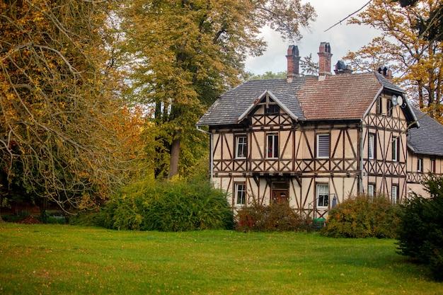Oud vakwerkhuis in 19e-eeuwse stijl in een dorp in neder-silezië